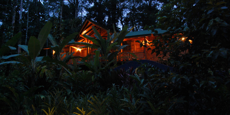 2 bedroomed house Casa Bromelia by night